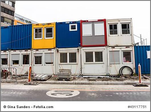 Container auf einer Baustelle