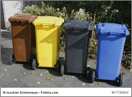Vier bunte Mülltonnen zum Sammeln verschiedener Abfallarten