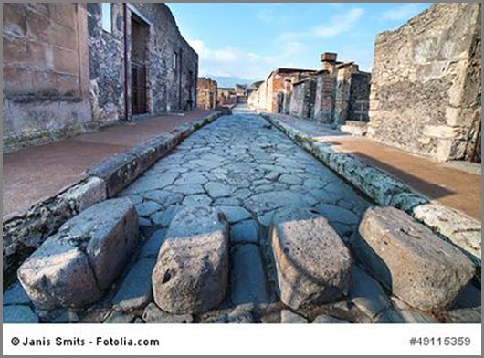 Uralter römischer Zebrastreifen im italienischen Pompeii
