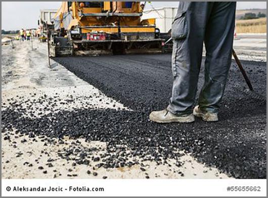 Eine Asphaltstraße entsteht