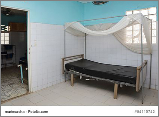 Ein Krankenhausbett mit Moskitonetz im Senegal