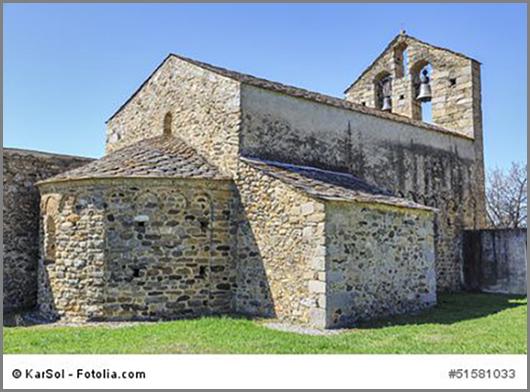Dicke Mauern, kleine Fenster: Eine typisch romanische Kirche