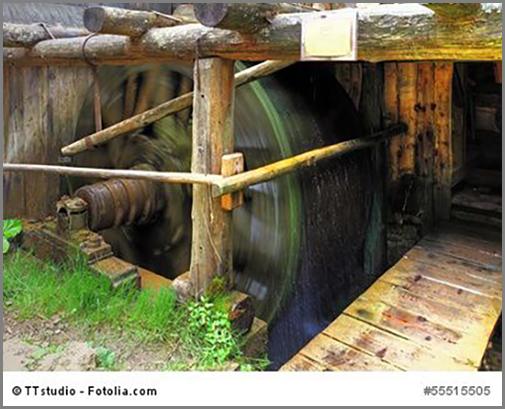Wasser treibt das Rad einer Mühle an