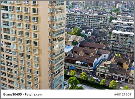 Was für ein Kontrast: alte und neue Wohnhäuser im chinesischen Shanghai