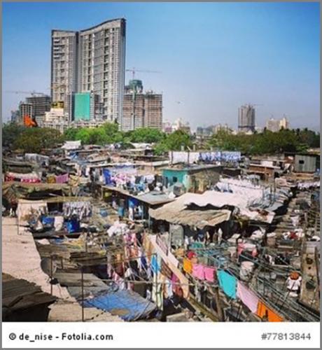 Hier treffen arm und reich aufeinander: Randgebiet eines Slums im indischen Mumbai