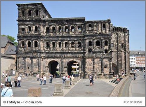 Ein antikes römisches Stadttor mitten in Deutschland: die Porta Nigra in Trier