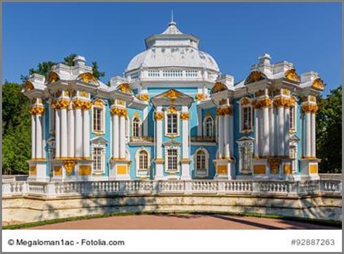 Prunk und Pracht: ein barocker Pavillon im russischen Sankt Petersburg