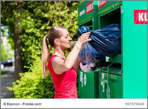 Eine Frau spendet ihre alten Kleider
