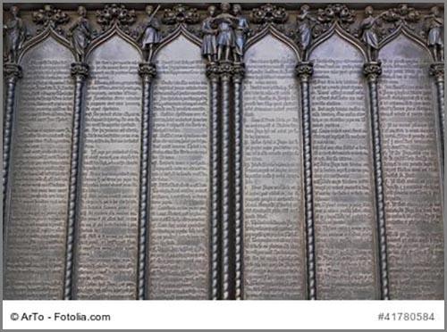 Reichlich Lesestoff: Luthers 95 Thesen am Eingang der Schlosskirche in Wittenberg