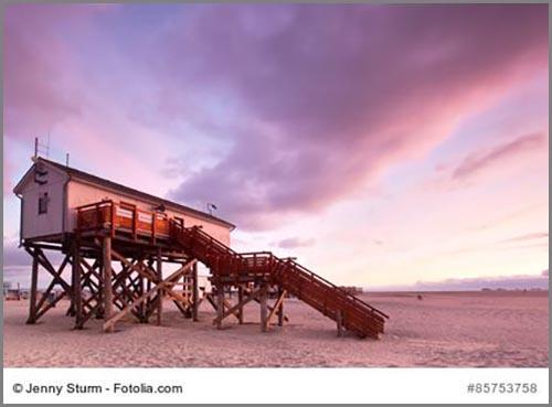 Ein Haus auf Pfählen an der Nordseeküste
