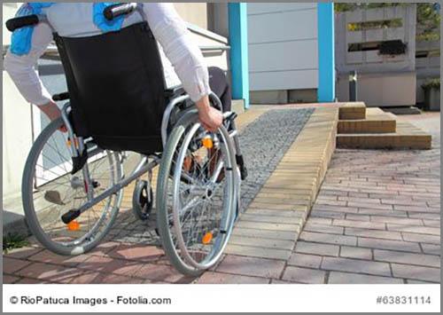 Machen Rollstuhlfahrern das Leben leichter: Rampen an Eingängen