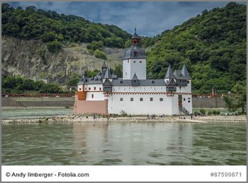 Liegt mitten im Rhein: die Zollburg Pflazgrafenstein