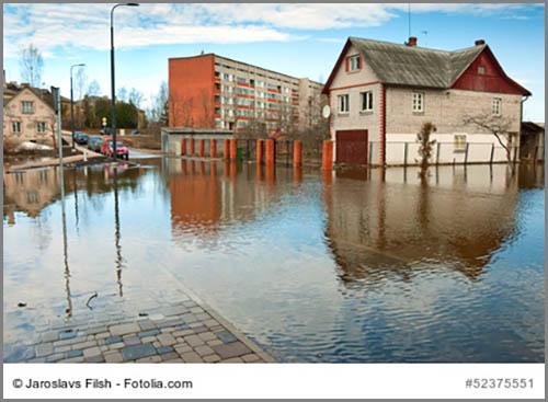 Gefährlich: Flusshochwasser in der Stadt
